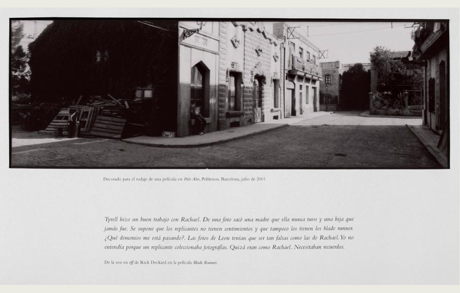 Cartela de pequeño formato con la fotografía del decorado y el texto de
