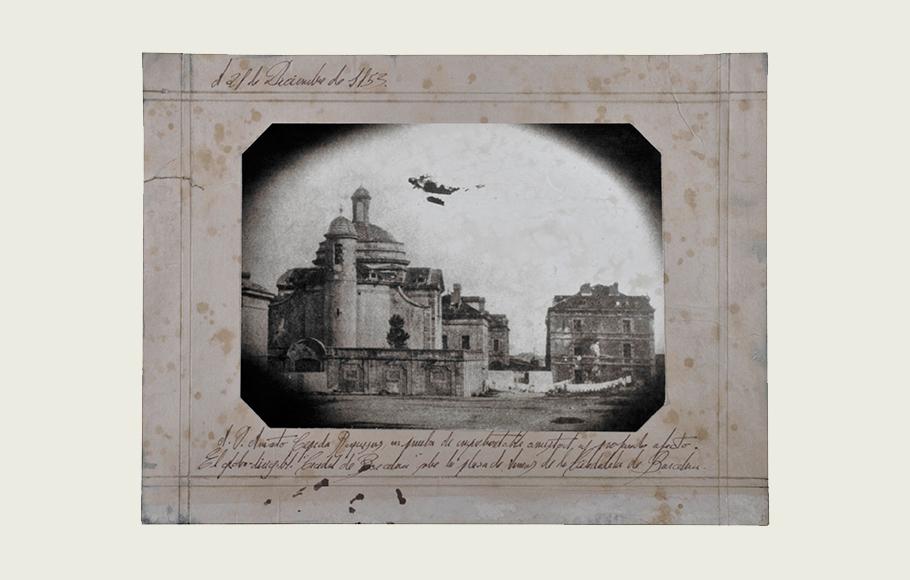 Fotografía con inscripción manuscrita que muestra la particular e inconfundible silueta del globo- dirigible